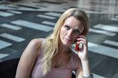 スマート フォンを使用して若いビジネス女性 — ストック写真