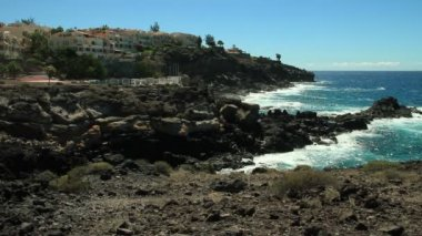 Luxury houses with seaview in Callao Salvaje district. Adeje, Tenerife Island. This district is famous because of many tourists come here for spend their holidays and rent and buy property. — Wideo stockowe