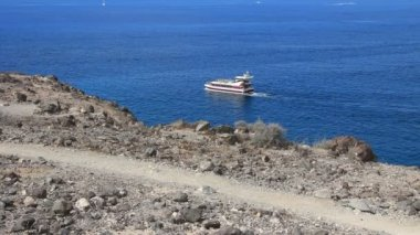 Excursion ship passing between Playa Paraiso and La Caleta en Tenerife island. — Stock Video