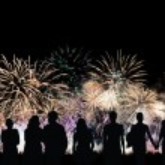 groep mensen ziet er prachtige kleurrijke vakantie vuurwerk — Stockfoto