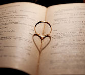 Engagement Ring and the Book — Stockfoto