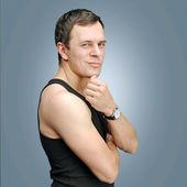 Junger Mann im schwarzen Hemd — Stockfoto