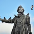 Monument to the poet Pushkin with pigeons — Stock Photo