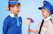 Weinig piloot en stewardess — Stockfoto