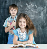 Boy and girl in the classroom — Stockfoto