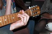 Adam gitar çalmak — Stok fotoğraf