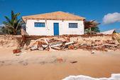 侵食されたビーチの家, pititinga, 出生 (ブラジルで) — ストック写真