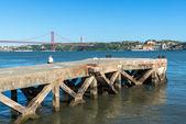 Fisher na molo nad rzeką Tag, Lizbona (Portugalia) — Zdjęcie stockowe