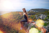 The girl on the edge of the cliff — Stock Photo