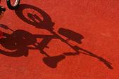 Skuggan av en cyklist — Stockfoto
