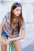 молодая женщина с fixie велосипедов — Стоковое фото