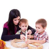 Woman and boys with advent wreath — Stock Photo