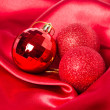Christmas balls on silk — Stockfoto