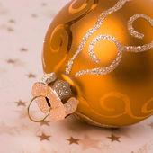 ゴールデン クリスマス ボール — ストック写真
