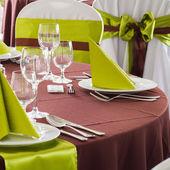 Atendía la mesa conjunto para boda u otro evento cena — Foto de Stock