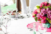 An image of tables setting at a luxury wedding hall — Стоковое фото