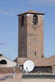 Parabol çanak ile ortaçağ kulesi — Stok fotoğraf
