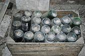 Alte Flaschen auf einem Dachboden — Stockfoto