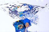 Caramelo azul en agua — Foto de Stock