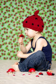 Jongen met een lieveheersbeestje hoed — Stockfoto
