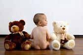 Menino nu com dois ursos de pelúcia grandes — Foto Stock