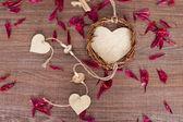 Coração de madeira com folhas de rosa — Fotografia Stock