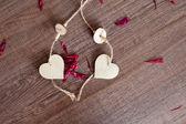 ξύλινη καρδιά με αυξήθηκαν φύλλα — Φωτογραφία Αρχείου