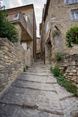 Narrow street in medieval town Gordes, southern France — Stockfoto