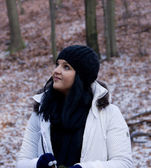 Seriouse Young Girl with Black Hair and Hat in Winter Forest — Stock fotografie