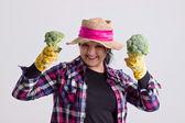 Ευτυχισμένη γυναίκα κήπων με μπρόκολο — 图库照片