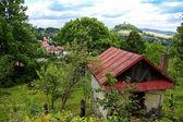 Vieja choza con colina colocada detrás — Foto de Stock