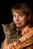Flicka med katt — Stockfoto