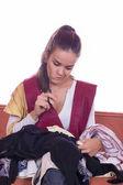 Meisje met schaar naaien textiel — Stockfoto