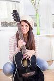 Ragazza giovane carina tenendo la chitarra — Foto Stock