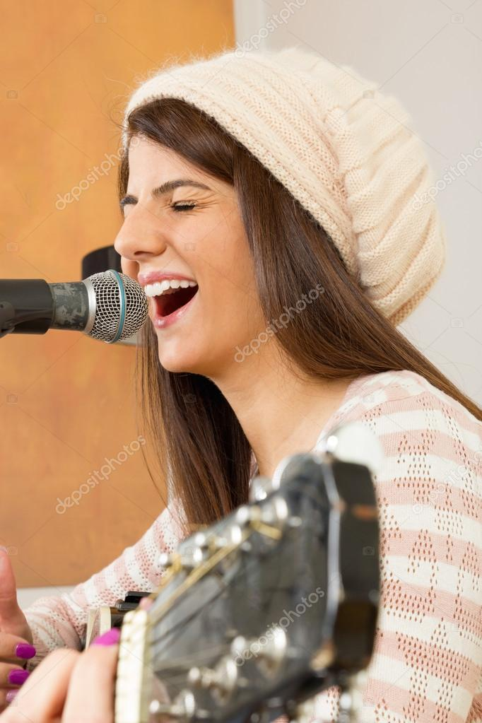 Девчонки играют на гитаре и поют