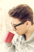 Man with glasses drinking coffee outdoors — Stockfoto
