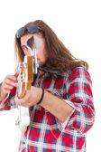 Man pointed his electric bass guitar at the camera — Stockfoto