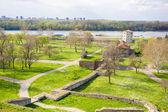 ландшафтный вид на зеленое поле и крепость калемегдан, belgra — Стоковое фото