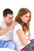 Mladá krásná žena ignorovala její muž partner v posteli během — Stock fotografie