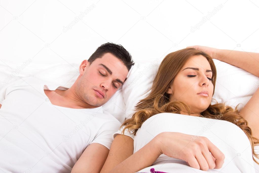 molodaya-podruga-v-ego-posteli
