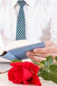 Bodegón con libro rojo de la rosa y viejo — Foto de Stock