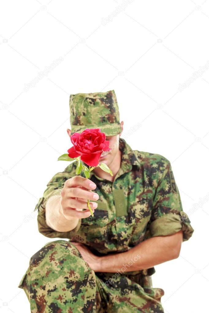 Военнослужащие женщины с цветами