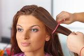 Peluquería. corte de pelo de las mujeres. peinar. — Foto de Stock