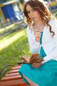 Jeune femme écrit dans le cahier. — Photo