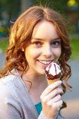 アイスクリームを持つ若い女. — ストック写真