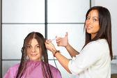 Salon fryzjerski. stosowanie kosmetyków. — Zdjęcie stockowe