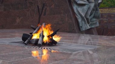 """Eternal flame"" at the memorial ""Partisan glade"" in Bryansk region, Russia, closeup — Stock Video"