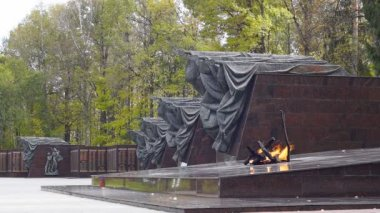"""Eternal flame"" at the memorial ""Partisan glade"" in Bryansk region, Russia — Stock Video"