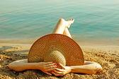 Ragazza sdraiata sulla spiaggia — Foto Stock