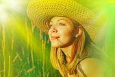 Beautiful young woman posing outdoor. — Stock Photo